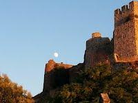La luna sobre el castillo de Montánchez